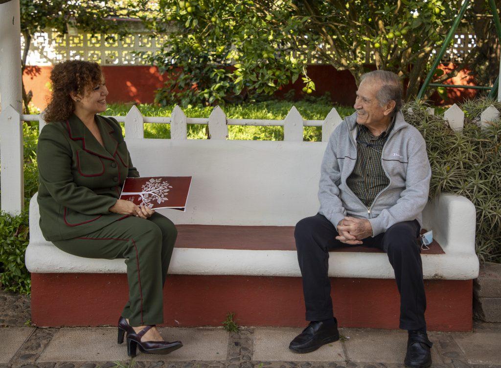 Juan Galarza conversa con Dolores Hernández acerca de su obra pictórica. Fotógrafa: Paula de la Paz de Martín del Río. Esta Foto tiene Derechos de Autor.  Prohibida la reproducción de esta Foto por cualquier medio.